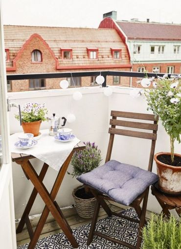 14-foldable-chairs-and-a-table-for-a-tiny-balcony-make-it-possible