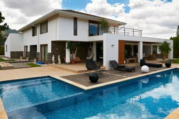 Modern-style-home-l-shaped-pool
