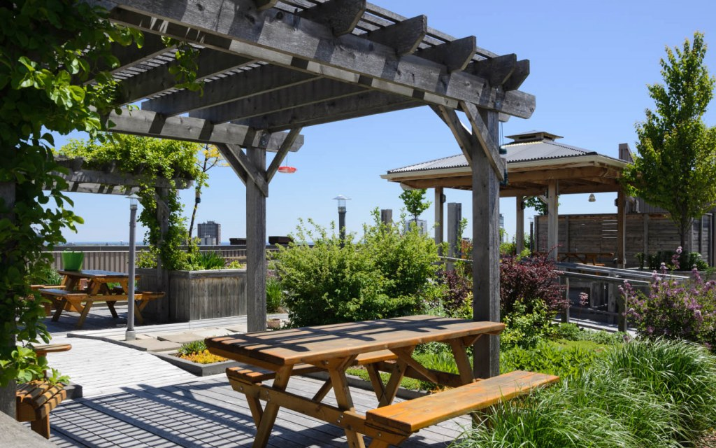 Beautiful and Comfortable Rooftop Garden Ideas