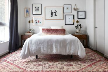 Simple-and-dashing-gallery-wall-in-the-small-white-eclectic-bedroom-81895