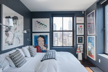 Tiny-bedroom-of-manhattan-apartment-with-dark-gray-walls-that-act-like-a-lovely-gallery-display-21349