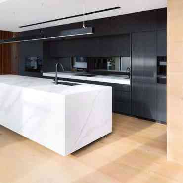 Marble-black-and-white-kitchen-cosinteriors