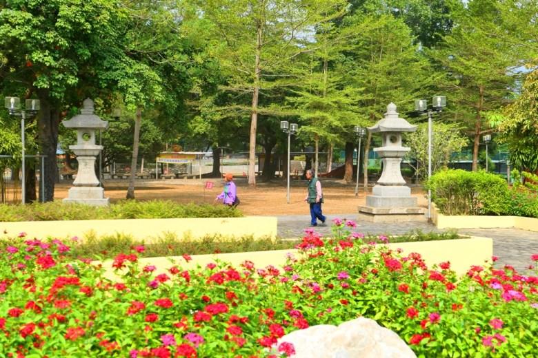 古老的石燈籠與現代化的公園設施 | 竹山神社遺跡 | 竹山 | 南投 | 臺灣 | 巡日旅行攝