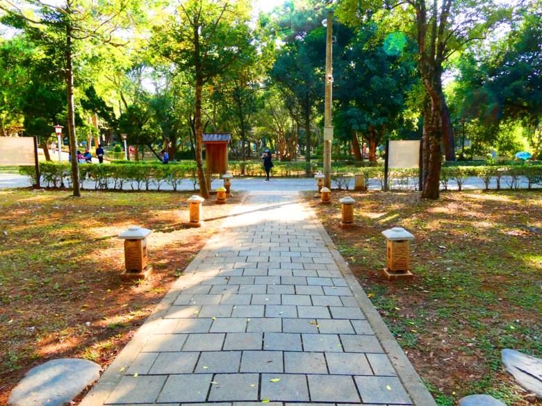 嘉義公園   石參道   石燈籠   左邊往射日塔   右邊往嘉義市史蹟資料館   嘉義公園   RoundtripJp