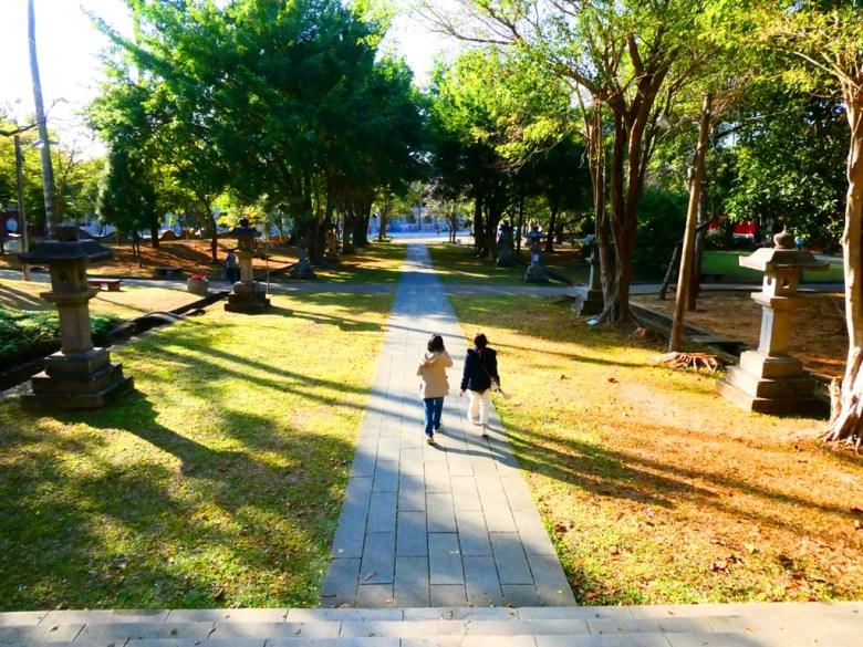 嘉義公園內鳥居前參道 | 石燈籠 | 學生 | 嘉義神社 | 嘉義 | 臺灣 | RoundtripJp