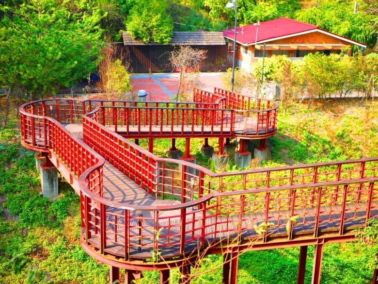 鳥瞰紅色天空廊道 | 盡頭為洗手間 | 梅山公園 | メイシャンこうえん | Meishan Park | 巡日旅行攝