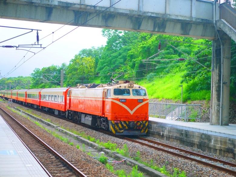 台鐵火車 | E403號列車 | 穿梭在一片綠意的列車 | 崎頂車站 | チーディンえき | チーディン | ジューナン | ミアオリー | 和風臺灣 | 巡日旅行攝