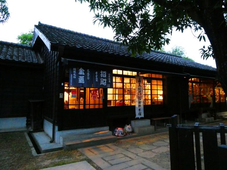 傍晚時分的檜意森活村   點燈後的日式建築更有濃濃的日本味   有著岐阜縣北部高山老街的味道   一抹和風   巡日旅行攝