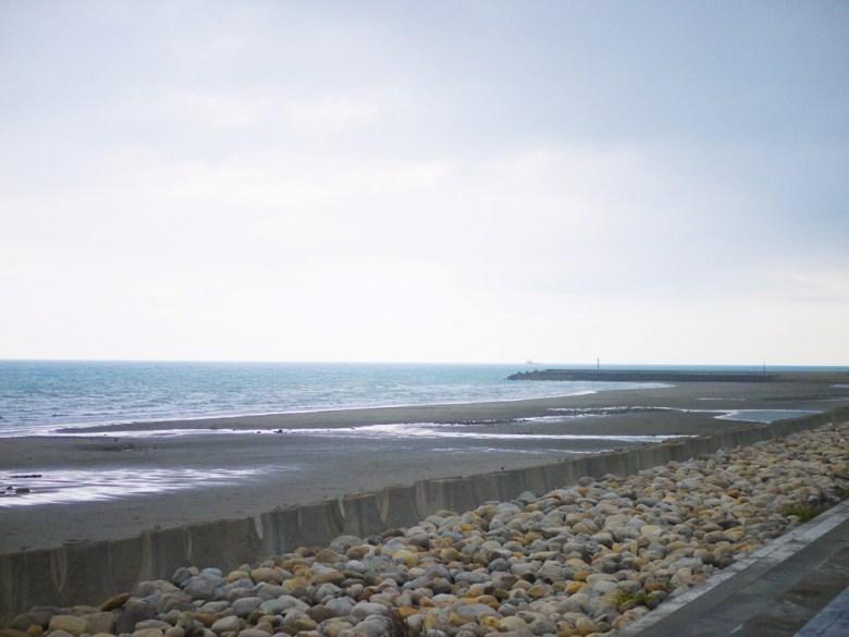 前方為新埔海堤 | 觀賞夕陽的最佳觀賞點之一 | 沙灘 | 觀海步道 | 新埔 | 苗栗 | シンプー | ミアオリー | RoundtripJp