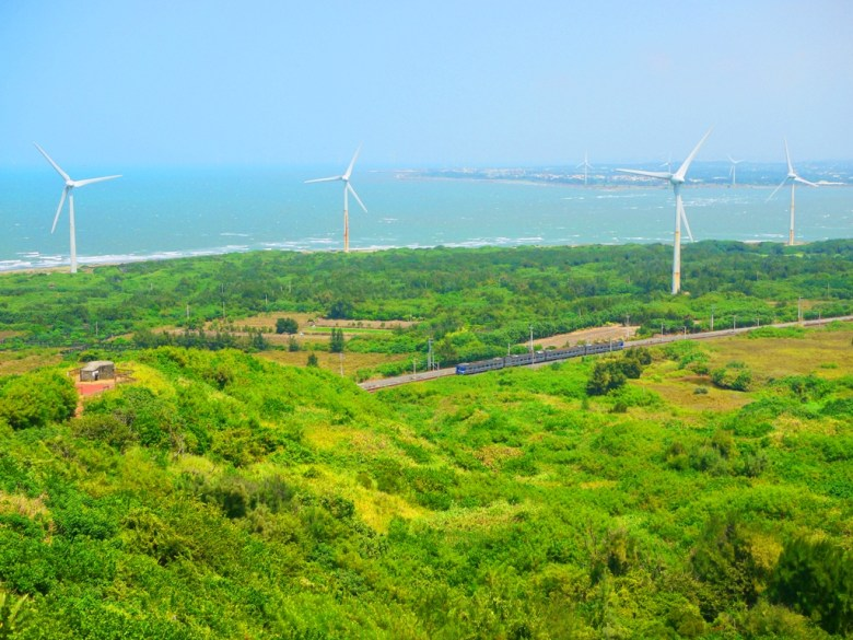 沿著絕美的海岸線呼嘯而過的台灣火車   白色風車映襯的海景   ホウロン   こうりゅう   ミアオリーミアオリー   Wafu Taiwan   巡日旅行攝   RoundtripJp