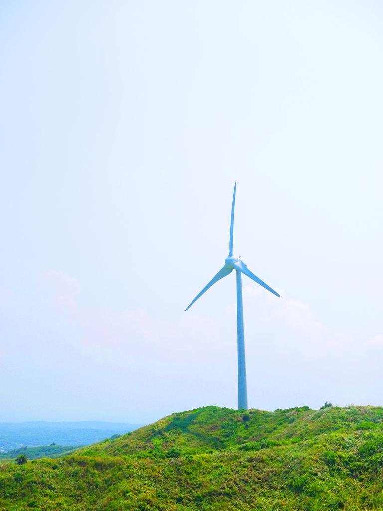 矗立的絕美青山上的白色風車   唯美景緻   台灣風景   ホウロン   こうりゅう   ミアオリーミアオリー   Wafu Taiwan   巡日旅行攝   RoundtripJp