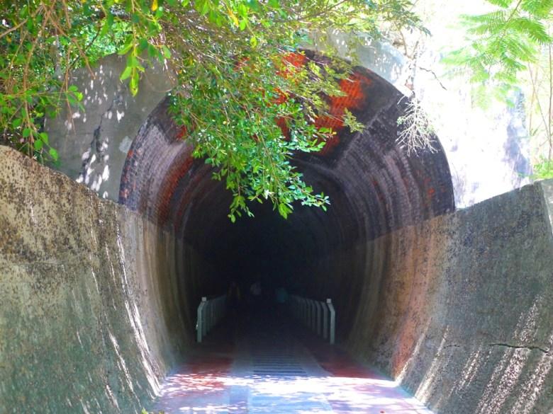 從1號舊隧道出口望入1號舊隧道   彷彿穿越時空黑洞般   深不見底   ホウロン   こうりゅう   ミアオリー   Wafu Taiwan   巡日旅行攝   RoundtripJp