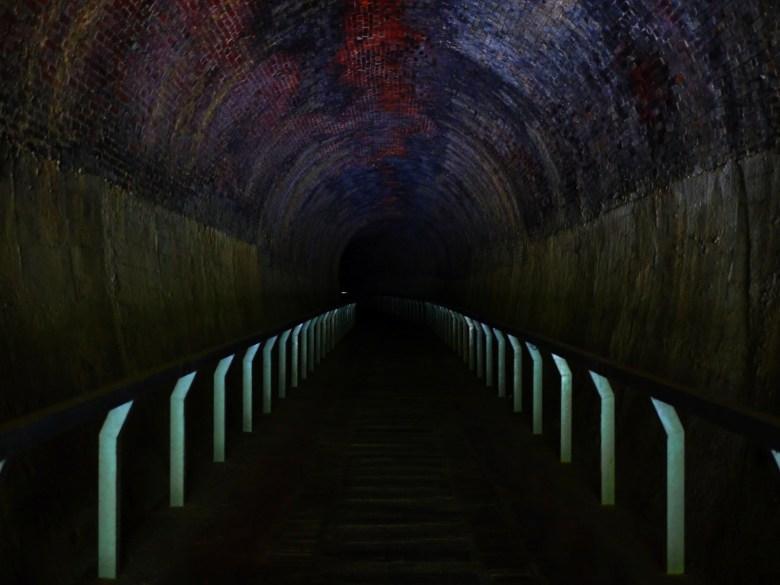 彷彿穿越時空黑洞   伸手不見五指  超暗黑的火車隧道   隧道內非常涼爽   ホウロン   こうりゅう   ミアオリー   Wafu Taiwan   巡日旅行攝   RoundtripJp