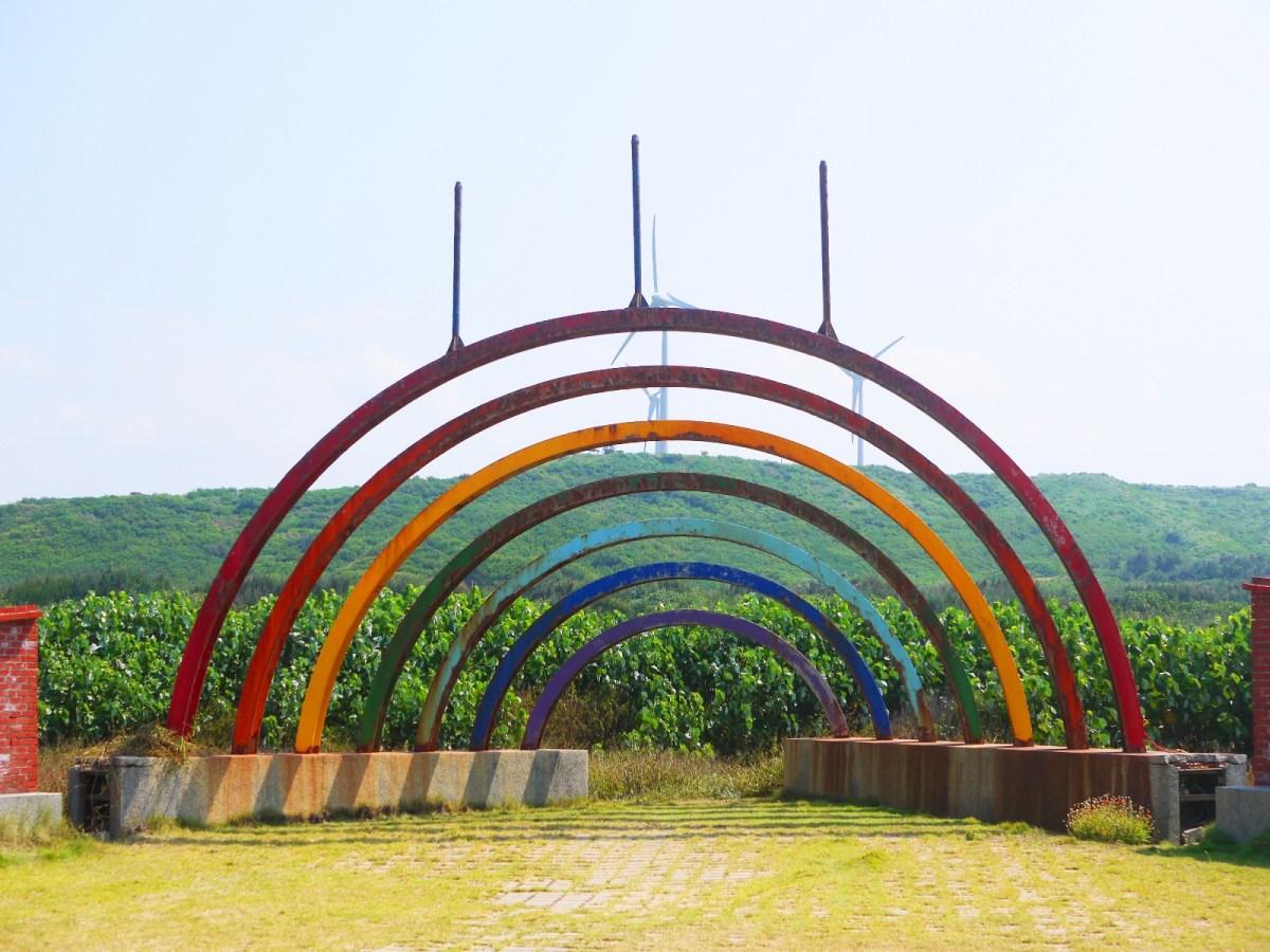 彩虹號角 | 海角樂園裝置藝術 | 後方為好望角展望台 | 白色風車 | ホウロン | こうりゅう | ミアオリー | Wafu Taiwan | 巡日旅行攝 | RoundtripJp