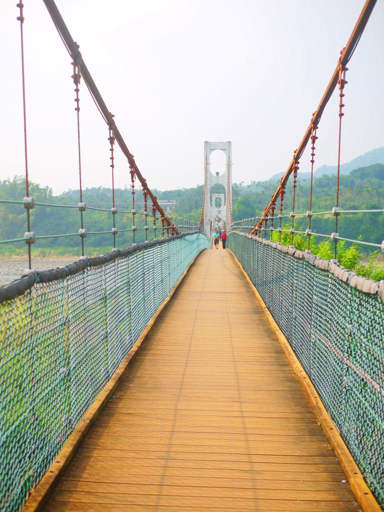 乾淨舒適的橋體 | 木地板 | 橫跨烏溪連接平林里與雙冬里 | 全長360公尺 | Caotun | Nantou | Wafu Taiwan | 巡日旅行攝 | RoundtripJp