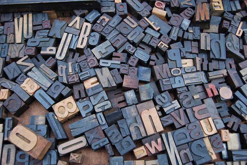 picture of lots of printing press stamps showing different letters of the alphabet
