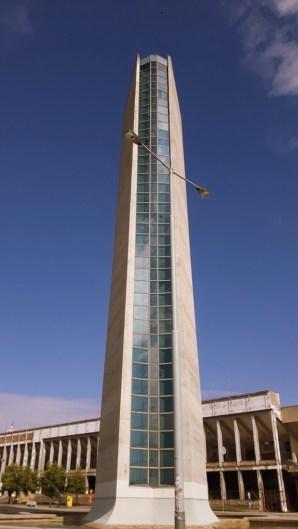 wentylacyjna wieża a w tle Stadion Strahov