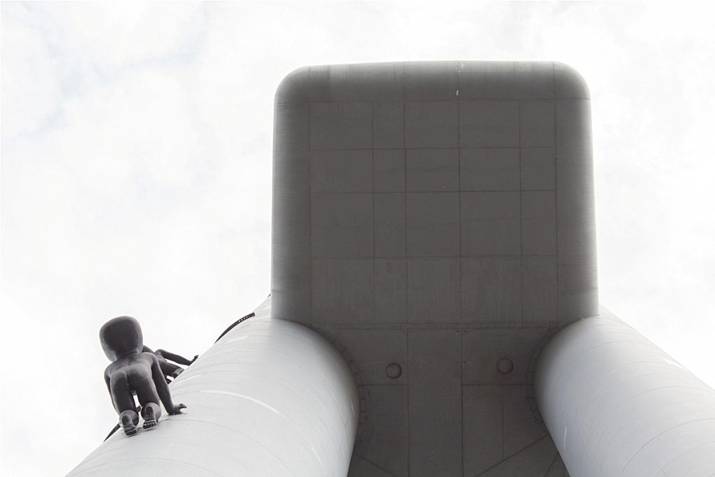 stworki z kosmosu na ścianach wieży tv