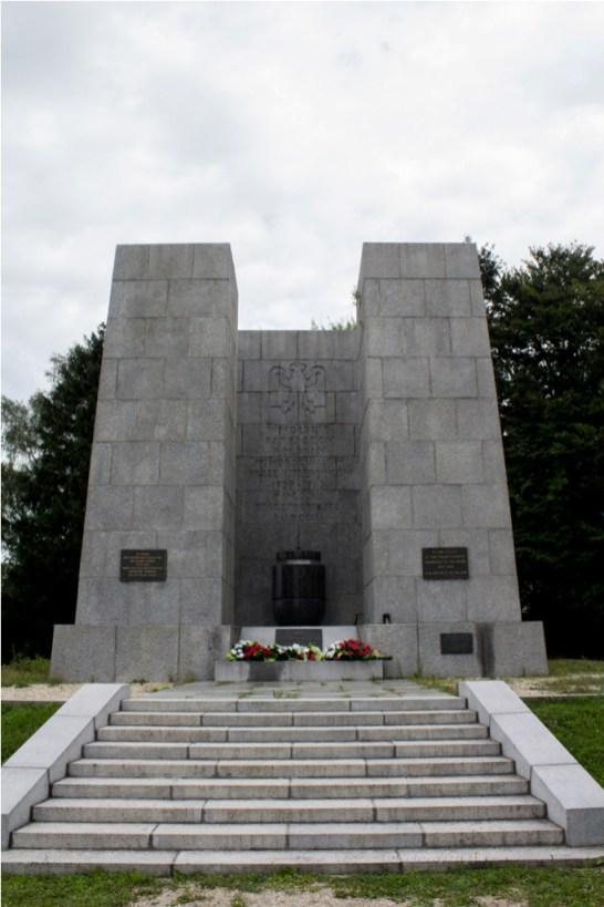 W hołdzie Patriotom Polskim pomordowanym przez hitlerowców