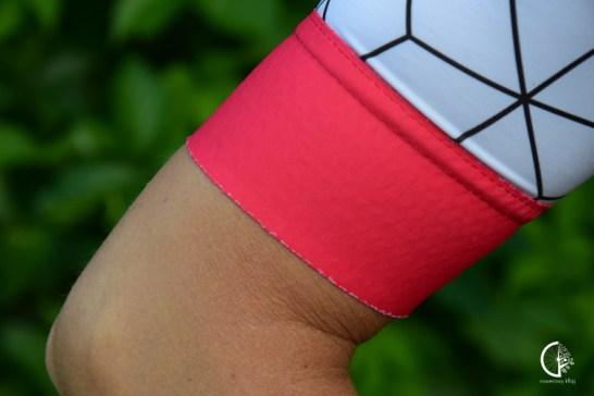 Rękawek i nogawka naprawdę dobrze się trzyma, dzięki zastosowaniu na całej szerokości ściągacza silikonu