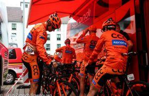 Kolarze CCC Sprandi Polkowice przygotowują się do startu etapu Tour de Suisse pod plandeką zespołowego autobusu