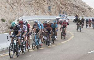 Abu Dhabi Tour peleton na podjeździe