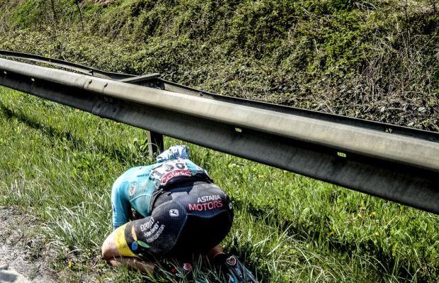 Michael valgren z Astany skulony na trawie