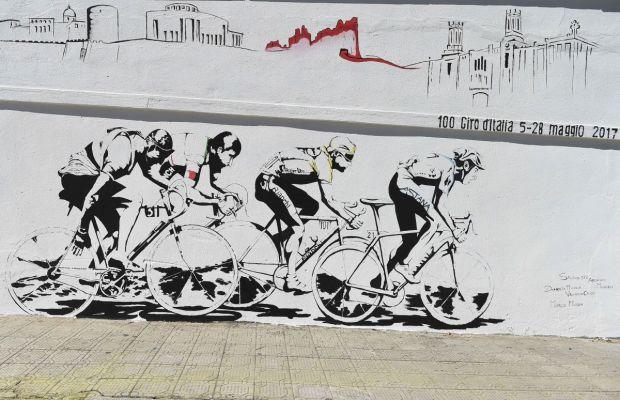 Mural ukazujący czterech kolarz - Bartali, Coppi, Pantani, Nibali