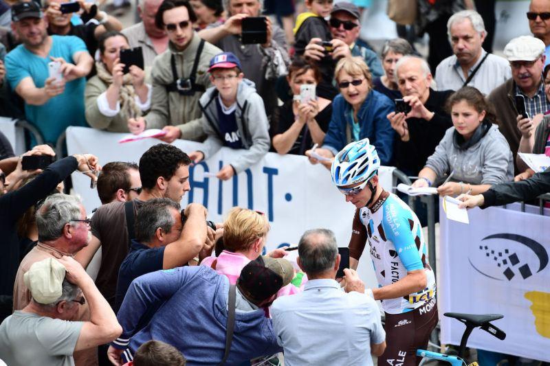 Romain Bardet wśród widzów składa autografy