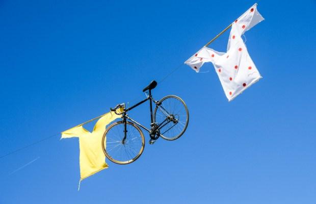wiszący rower i koszulki żółta oraz w grochy