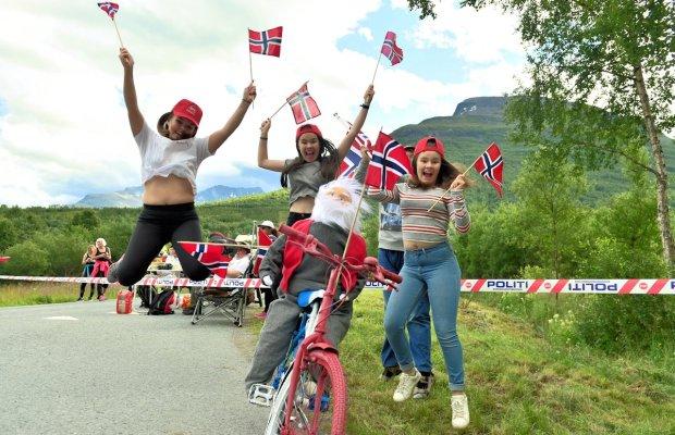 młode kibicki Norwegów