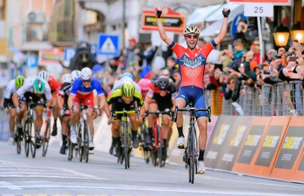 Vincenzo Nibali triumfuje na Via Roma