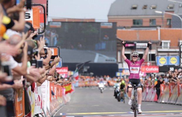 Anne van der Breggen finiszuje po zwycięstwo w Ans