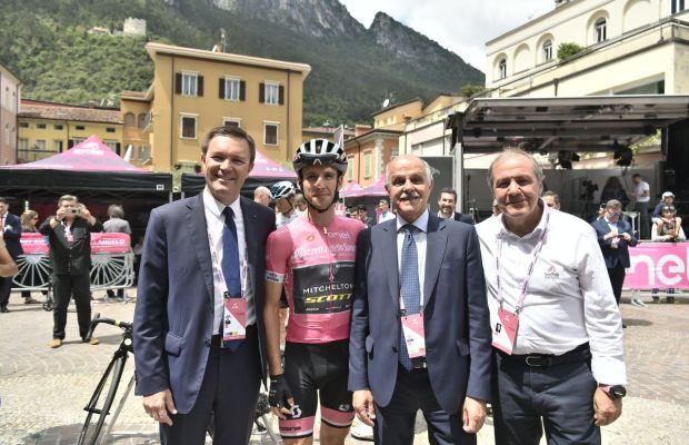 Prezydent UCI David Lappartient, lider Giro d'Italia Simon Yates,dyrektor Giro d'Italia Mauro Vegni i szef federacji włoskiej Renato Di Rocco