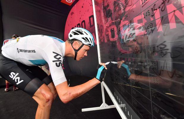 Chris Froome podpisuje listę startową na Giro