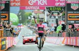 Simon Yates w geście zwycięstwa na kresce 15. etapu Giro d'Italia