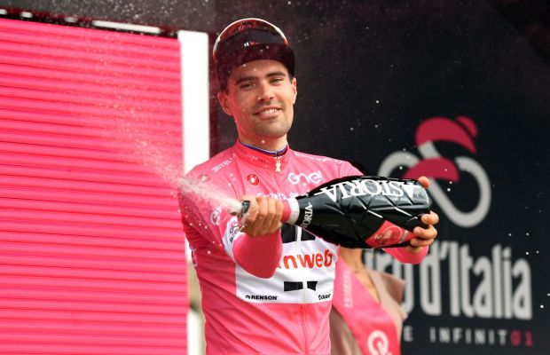 Tom Dumoulin w różowej koszuli na podium