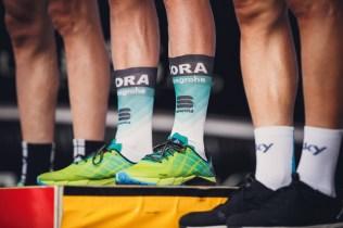 Nogi kolarza w skarpetkach Bora-hansgrohe