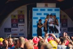 Tour de pologne, kibice na pierwszym planie, w dalekim tle na podium Michał Kwiatkowski