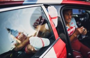 Kolarze Katushy w samochodzie ekipy