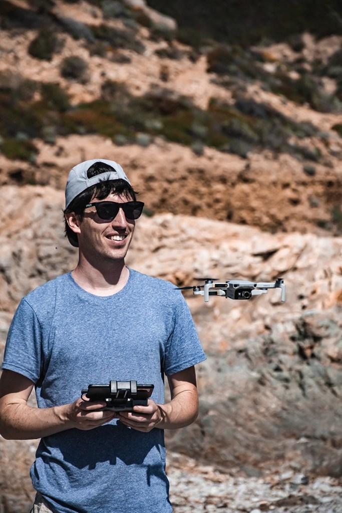 Yoann en train de piloter notre nouveau drone DJI mini 2