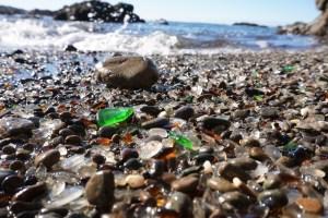 éclats de verre polis par les ondes sur une plage