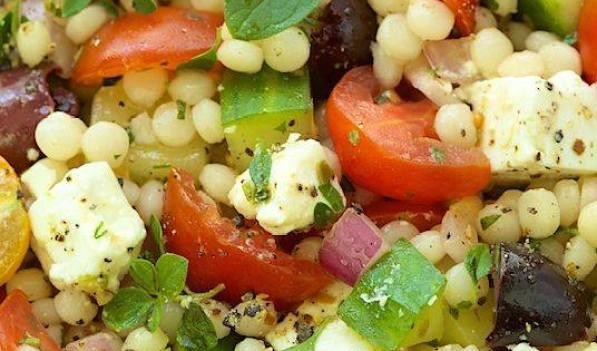 Salade de couscous perlé au fêta, olives Kalamata et tomates cerises
