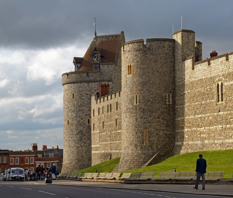 Curfew_Tower_and_the_west_wall_of_the_Castle._Windsor,_UK