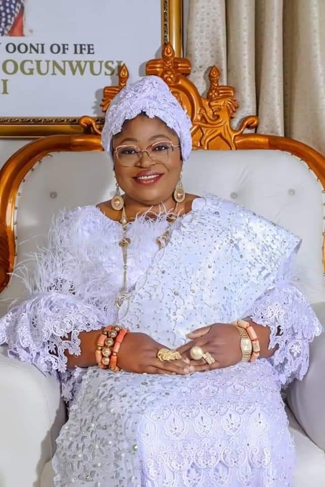 Ooni confers a chieftaincy title Iyalaje Oodua on a business tycoon