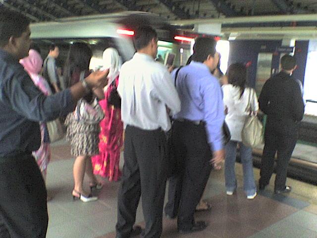 Tahniah or PJ, beratur naik Train