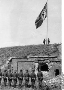 Wciągnięcie flagi wojennej III Rzeszy nad gruzami placówki Westerplatte, 8 września 1939 roku
