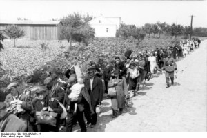 Wysiedleńcy pędzeni pieszo do obozu w Pruszkowie