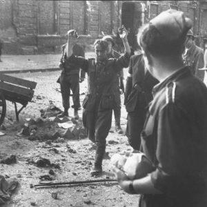 Niemiecki żołnierz wzięty do niewoli przez powstańców 20 sierpnia 1944 roku.