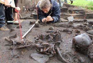 Archeolodzy w czasie prowadzenia wykopalisk nad Dołężą
